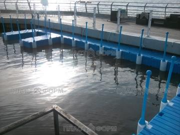 Пластиковые понтоны на воде